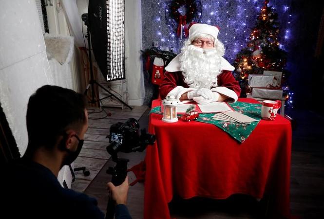 Giáng sinh thời COVID-19: Ông già Noel trong bong bóng, đồ trang trí cũng đeo khẩu trang - ảnh 11