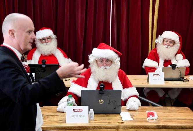 Giáng sinh thời COVID-19: Ông già Noel trong bong bóng, đồ trang trí cũng đeo khẩu trang - ảnh 14