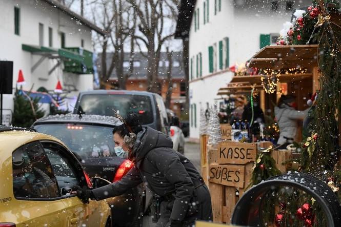 Giáng sinh thời COVID-19: Ông già Noel trong bong bóng, đồ trang trí cũng đeo khẩu trang - ảnh 16