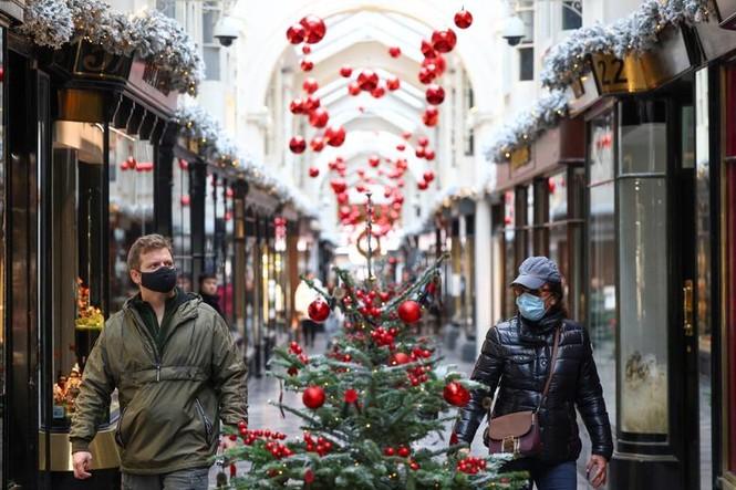 Giáng sinh thời COVID-19: Ông già Noel trong bong bóng, đồ trang trí cũng đeo khẩu trang - ảnh 17