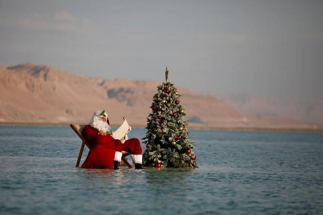 Giáng sinh thời COVID-19: Ông già Noel trong bong bóng, đồ trang trí cũng đeo khẩu trang - ảnh 18