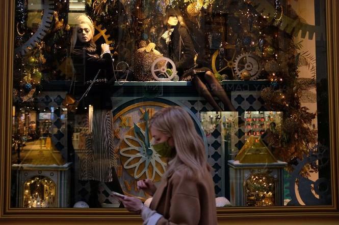 Giáng sinh thời COVID-19: Ông già Noel trong bong bóng, đồ trang trí cũng đeo khẩu trang - ảnh 19