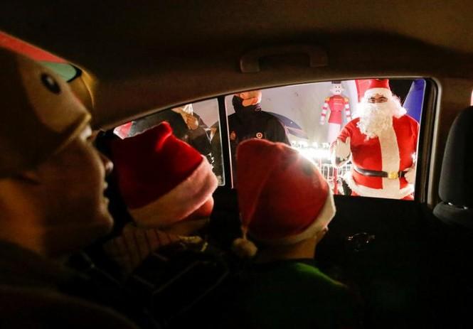 Giáng sinh thời COVID-19: Ông già Noel trong bong bóng, đồ trang trí cũng đeo khẩu trang - ảnh 1