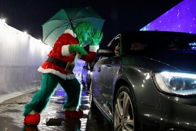 Giáng sinh thời COVID-19: Ông già Noel trong bong bóng, đồ trang trí cũng đeo khẩu trang - ảnh 2