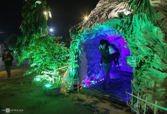 Hang đá Noel cao 24 m làm từ vỏ bao xi măng - ảnh 9
