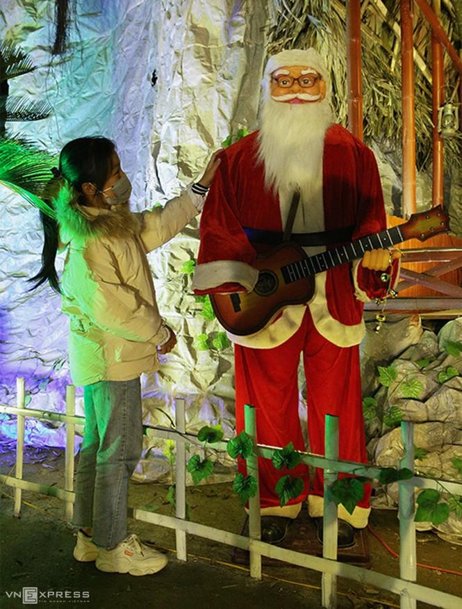 Hang đá Noel cao 24 m làm từ vỏ bao xi măng - ảnh 10