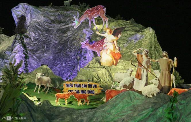 Hang đá Noel cao 24 m làm từ vỏ bao xi măng - ảnh 2