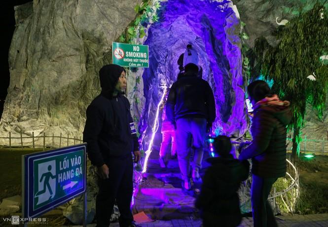 Hang đá Noel cao 24 m làm từ vỏ bao xi măng - ảnh 3