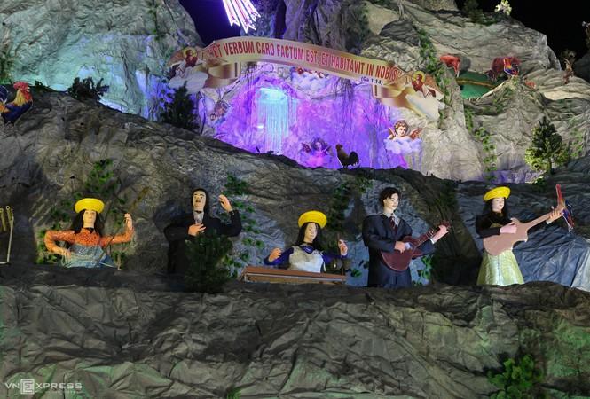Hang đá Noel cao 24 m làm từ vỏ bao xi măng - ảnh 7