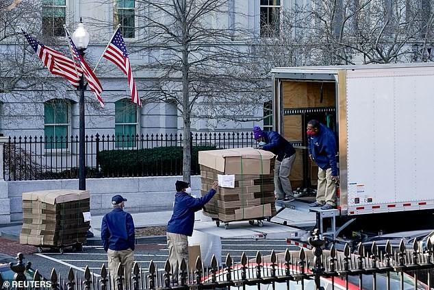 Chuẩn bị rời Nhà Trắng, bà Melania lặng lẽ dọn đồ vì sợ ông Trump nổi giận - ảnh 1