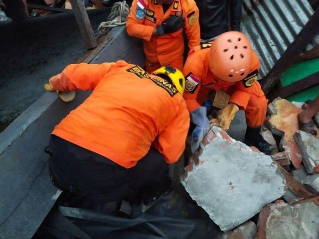 7 người chết, hơn 600 người bị thương vì động đất ở Indonesia - ảnh 1