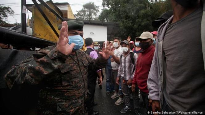 Hàng ngàn người di cư đổ về biên giới Mỹ, chờ chính sách mới của ông Biden - ảnh 1