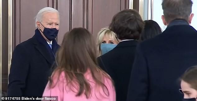 Khoảnh khắc ông Biden bối rối vì cánh cửa Nhà Trắng mãi không mở - ảnh 1