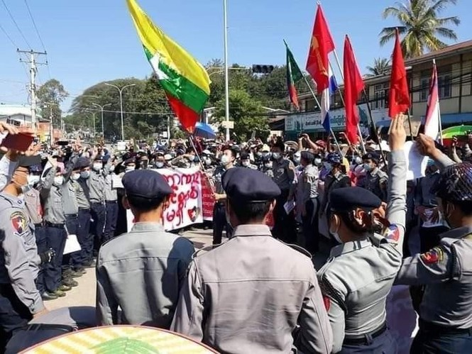 Myanmar: Army raided NLD party headquarters, police began to side with protesters - photo 2