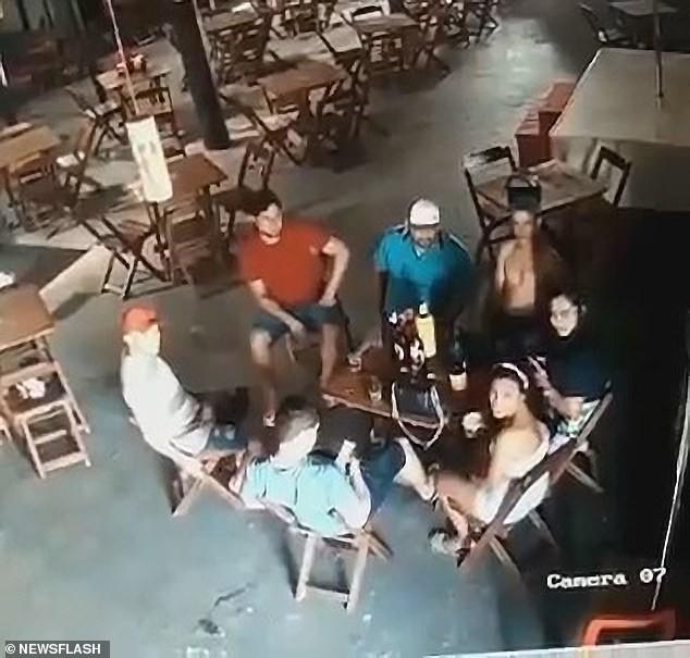 Brazil: Vợ cuồng ghen, đột kích quán bar nã súng điên cuồng vào bạn nhậu của chồng - ảnh 2