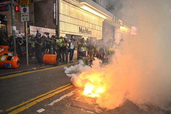 người biểu tình Hong Kong ném bom xăng cảnh sát chống bạo động bắn lựu đạn cay phun vòi rồng - ảnh 1