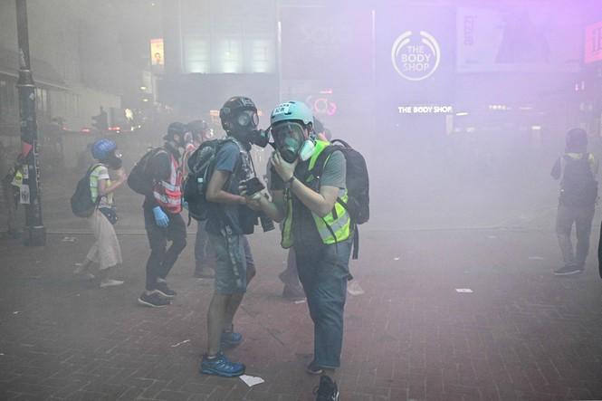 người biểu tình Hong Kong ném bom xăng cảnh sát chống bạo động bắn lựu đạn cay phun vòi rồng - ảnh 2