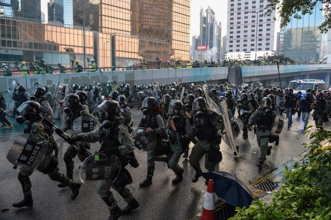 người biểu tình Hong Kong ném bom xăng cảnh sát chống bạo động bắn lựu đạn cay phun vòi rồng - ảnh 3