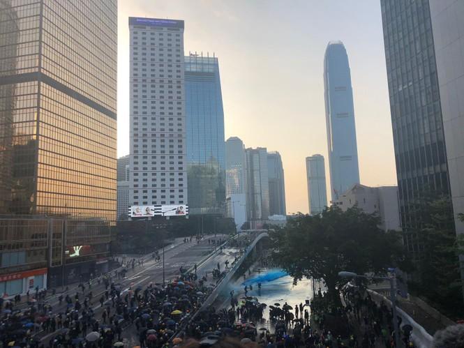 người biểu tình Hong Kong ném bom xăng cảnh sát chống bạo động bắn lựu đạn cay phun vòi rồng - ảnh 4