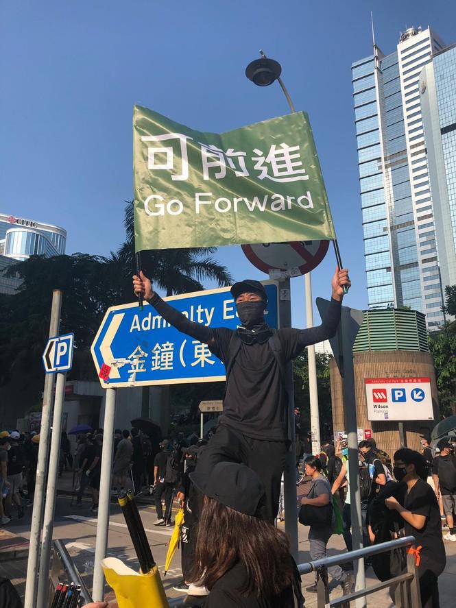 người biểu tình Hong Kong ném bom xăng cảnh sát chống bạo động bắn lựu đạn cay phun vòi rồng - ảnh 5