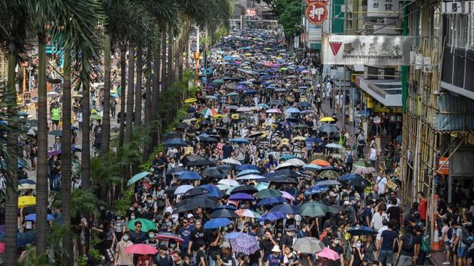 người biểu tình Hong Kong ném bom xăng cảnh sát chống bạo động bắn lựu đạn cay phun vòi rồng - ảnh 6