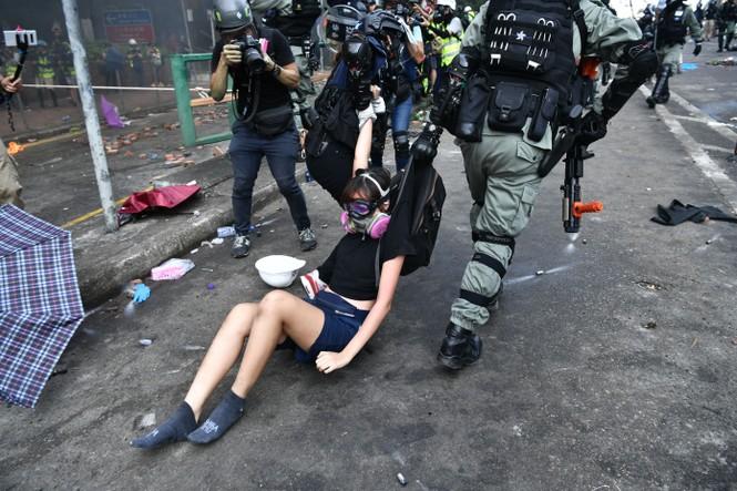 biểu tình Hong Kong cảnh sát trường đại học Bách khoa đóng cửa - ảnh 2