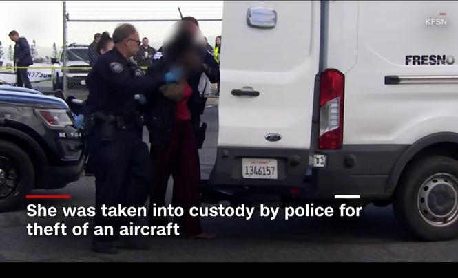 Thiếu nữ trộm máy bay sân bay quốc tế đâm vào hàng rào - ảnh 1