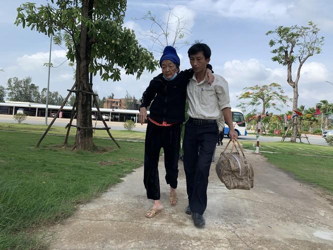 Hàng chục ngàn hộ dân khắp các vùng ven biển tỉnh Quảng Ngãi đang được di dời, phòng tránh bão số 9. - ảnh 7