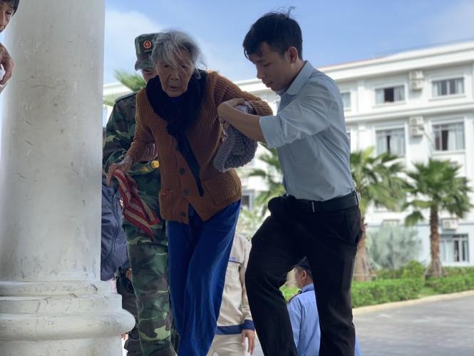 Hàng chục ngàn hộ dân khắp các vùng ven biển tỉnh Quảng Ngãi đang được di dời, phòng tránh bão số 9. - ảnh 8