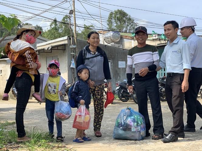 Hàng chục ngàn hộ dân khắp các vùng ven biển tỉnh Quảng Ngãi đang được di dời, phòng tránh bão số 9. - ảnh 2