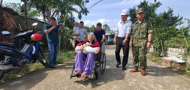 Hàng chục ngàn hộ dân khắp các vùng ven biển tỉnh Quảng Ngãi đang được di dời, phòng tránh bão số 9. - ảnh 3