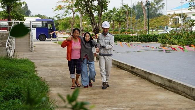 Hàng chục ngàn hộ dân khắp các vùng ven biển tỉnh Quảng Ngãi đang được di dời, phòng tránh bão số 9. - ảnh 6