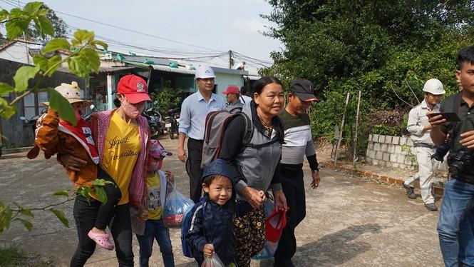 Hàng chục ngàn hộ dân khắp các vùng ven biển tỉnh Quảng Ngãi đang được di dời, phòng tránh bão số 9. - ảnh 1