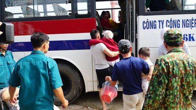 Hàng chục ngàn hộ dân khắp các vùng ven biển tỉnh Quảng Ngãi đang được di dời, phòng tránh bão số 9. - ảnh 4