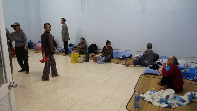 Hàng chục ngàn hộ dân khắp các vùng ven biển tỉnh Quảng Ngãi đang được di dời, phòng tránh bão số 9. - ảnh 11