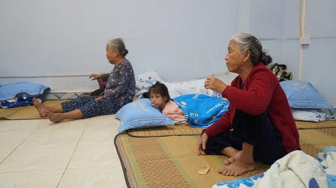Hàng chục ngàn hộ dân khắp các vùng ven biển tỉnh Quảng Ngãi đang được di dời, phòng tránh bão số 9. - ảnh 9