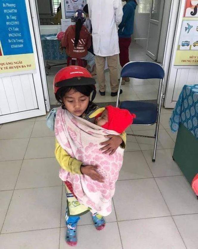 Xôn xao hình ảnh bé gái 7 tuổi bế đứa em bụ bẩm, tưởng như to bằng nửa cô chị đi tiêm phòng - ảnh 1