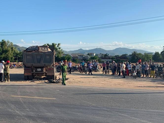Bình Bịnh: 2 người tử vong dưới bánh xe tải chở đất - ảnh 1