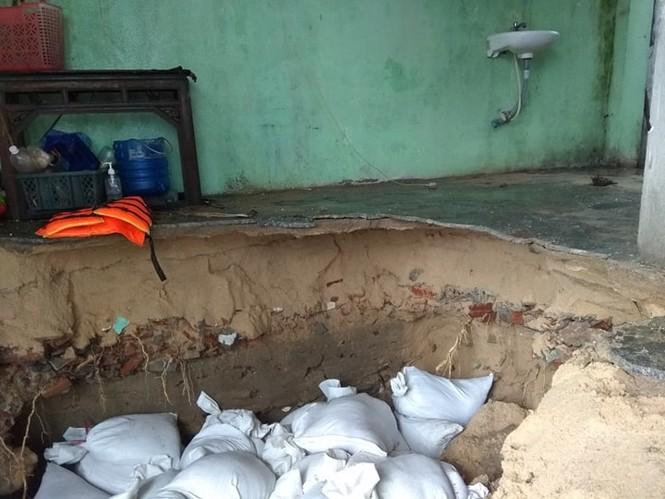 Bình Định ban bố tình trạng khẩn cấp, khẩn trương sửa kè biển bị sóng đánh sập - ảnh 1