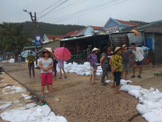 Bình Định ban bố tình trạng khẩn cấp, khẩn trương sửa kè biển bị sóng đánh sập - ảnh 2