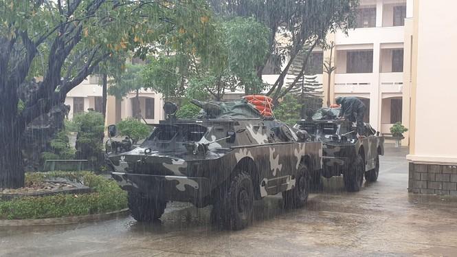 Xe thiết giáp được huy động chờ lệnh cứu dân - ảnh 1