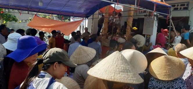 Phát hiện là cá Ông, người dân vội đưa từ sạp cá ở chợ về làng dựng rạp mai táng - ảnh 1