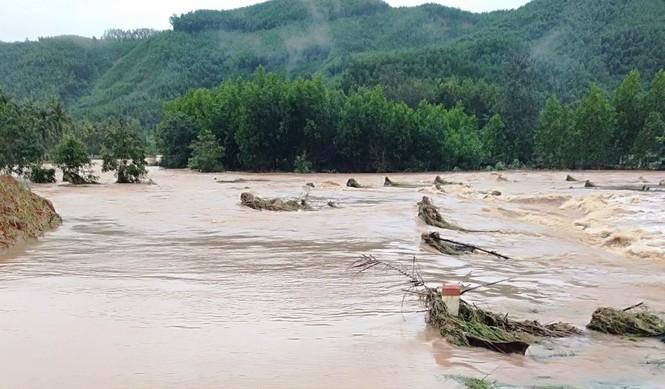 Bình Định: Nhiều xã chìm trong nước lũ - ảnh 1