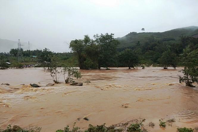 Bình Định: Nhiều xã chìm trong nước lũ - ảnh 3