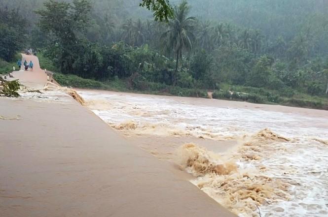 Bình Định: Hơn 1.000 ngôi nhà bị ngập, lũ quét gây sạt lở nhiều nơi - ảnh 2