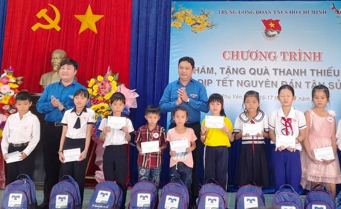 Bí thư Thường trực Trung ương Đoàn tặng quà Tết tại Phú Yên - ảnh 2