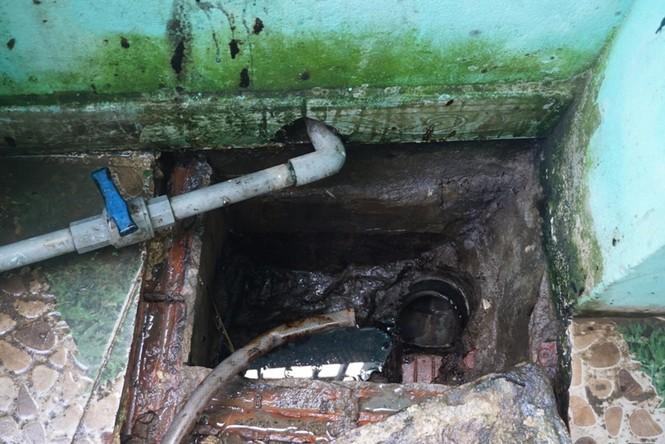 Phát hiện đối tượng xả trộm 2730 kg nhớt thải vào cống thoát nước - ảnh 2
