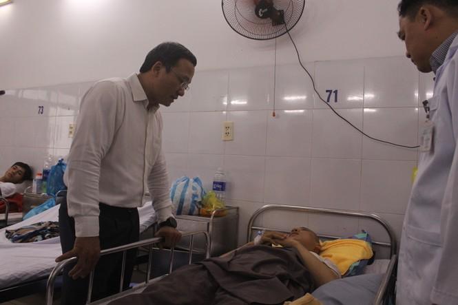 Thăm hỏi các nạn nhân điều trị tại Bệnh viện Đà Nẵng - ảnh 1