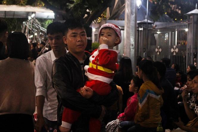 Biển người đổ về Nhà thờ Chính tòa Đà Nẵng đón Giáng sinh - ảnh 10