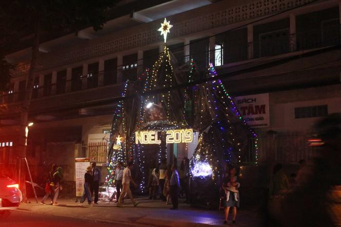 Biển người đổ về Nhà thờ Chính tòa Đà Nẵng đón Giáng sinh - ảnh 12